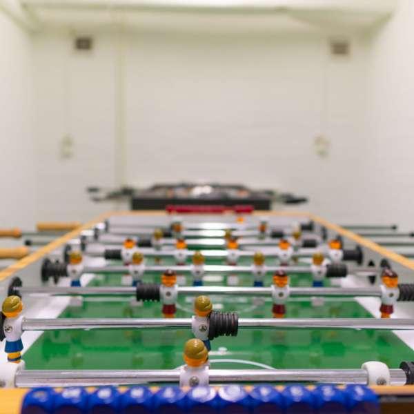 Aktivitetsrum med bordfoldbold på lejrskole- og kursuscentret Christianslyst ved Sønderbrarup