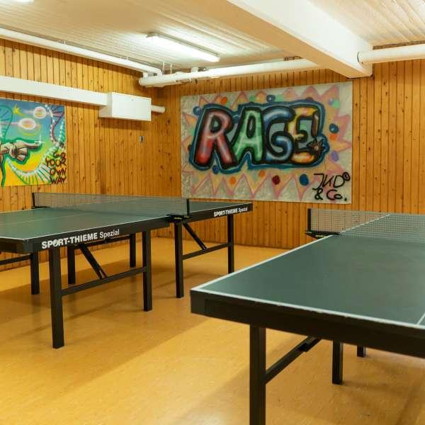 Aktivitetsrum med bordtennisborde på lejrskole- og kursuscentret Christianslyst ved Sønderbrarup