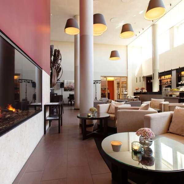 Bar med stor kamin på ferieresorten A-ROSA Sylt på Sild