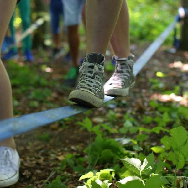 Børn balancerer på slackline på vandrehjemmet i Kappel