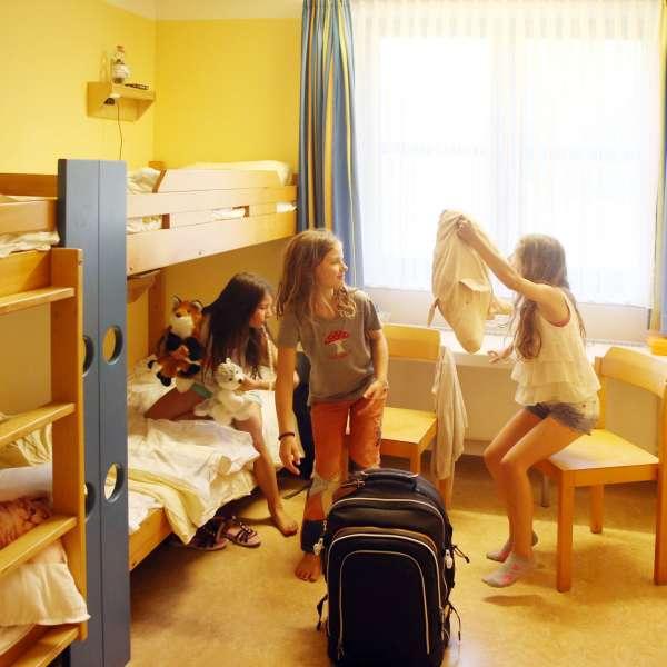 Børn hygger på deres værelser på vandrehjemmet i Tønning.