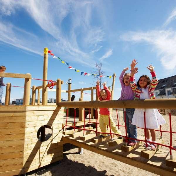 Børn hygger sig på legepladsen på Dorfhotel Sylt i Rantum på Sild