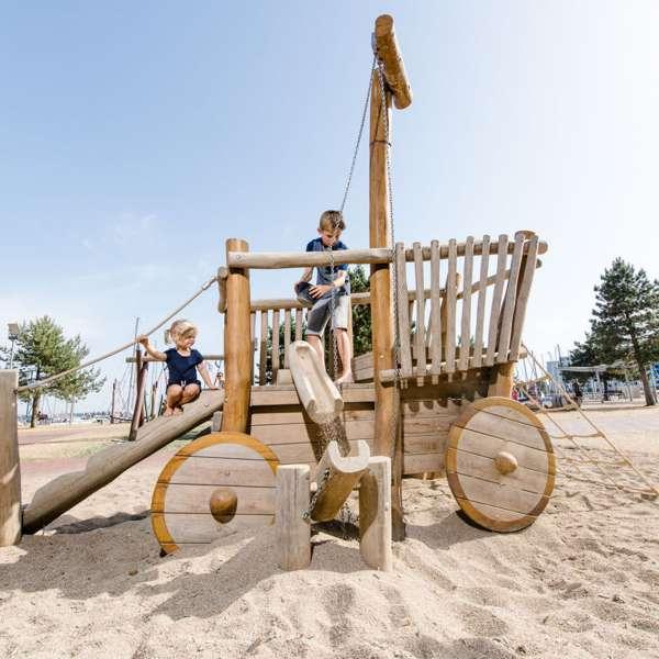 Børn leger med sand på legepladsen på Ostsee Resort Damp