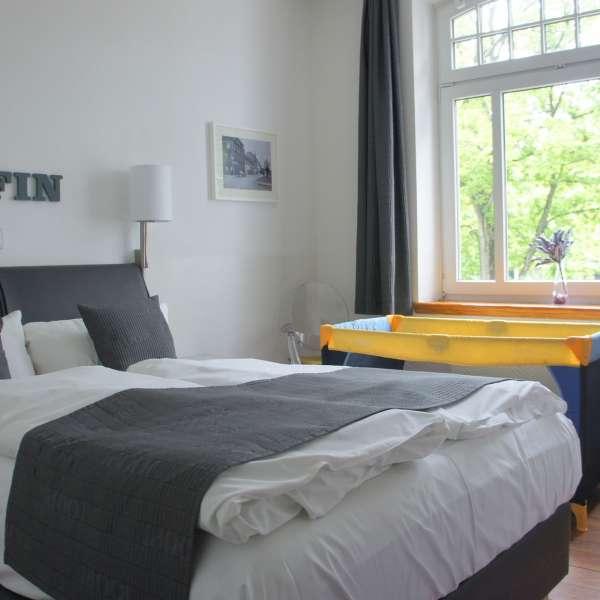 Dobbeltværelse med udsigt over baggårdene på Hotel 1690 i Rendsborg