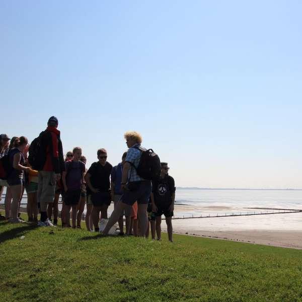 En gruppe unge gør klar til en vadehavsvandring i Tønning.