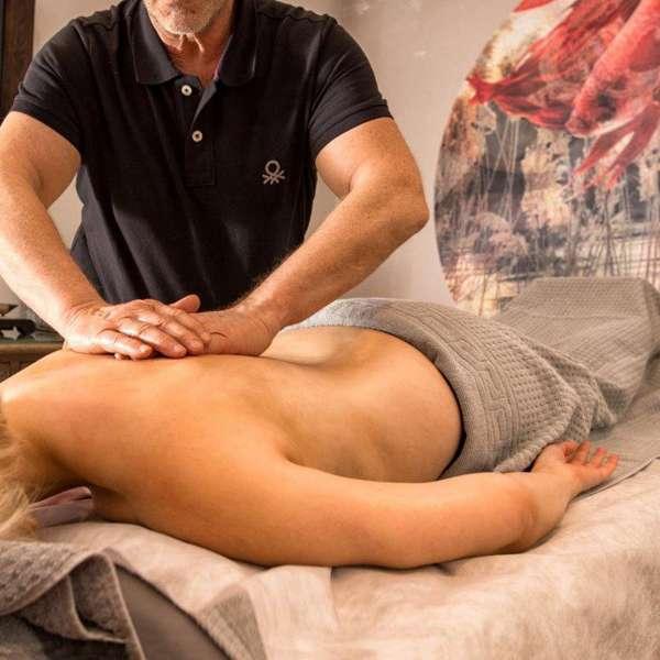 En kvindelig gæst nyder en massage på Hotel Hafen Flensburg i Flensborg