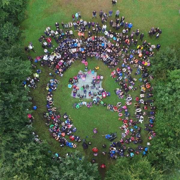 Flere lejrskolegrupper på et fællesarrangement på Spejdergården Tydal i Eggebæk