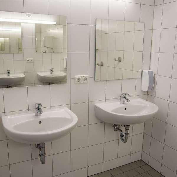 Et af badeværelserne i hovedbygningen på Spejdergården Tydal i Eggebæk