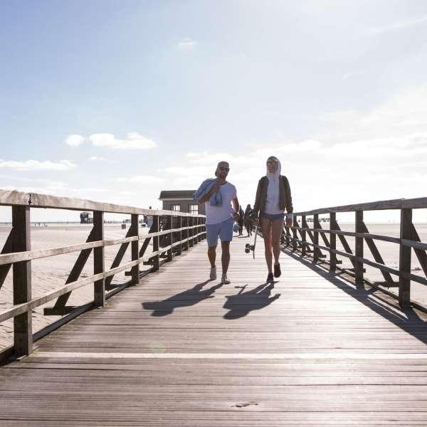 Et par på vej tilbage til hotellet efter en tur til stranden i Sankt Peter-Ording