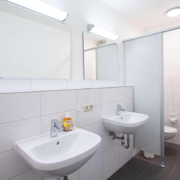 Fælles bad og toilet på lejrskolen Skipperhuset i Tønning
