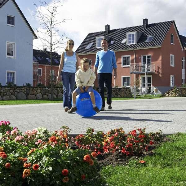 Familie på vej rundt i anlægget på Dorfhotel Sylt i Rantum på Sild