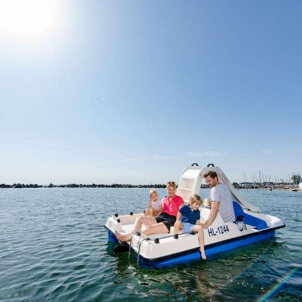 Familie sejler med vandcykel på Østersøen ud for Ostsee Resort Damp