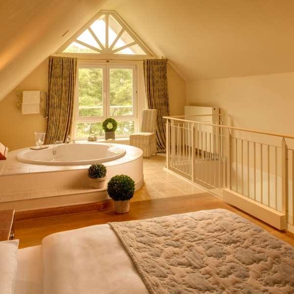 Fjord-Maisonette-værelse med badekar midt i rummet på Vitalhotel Alter Meierhof i Lyksborg