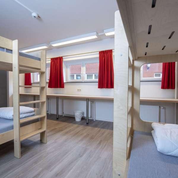 Flersengsværelser med en række køjesenge på lejrskolen Skipperhuset i Tønning