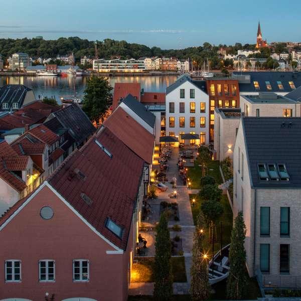 Gårdhaven med Flensborg Havn i baggrunden på Hotel Hafen Flensburg i Flensborg