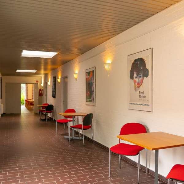 Gang med siddearealer på lejrskole- og kursuscentret Christianslyst ved Sønderbrarup