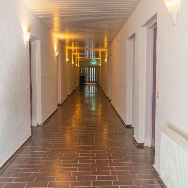 Gang på værelsesfløjen på lejrskole- og kursuscentret Christianslyst ved Sønderbrarup