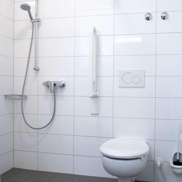 Handicapvenligt badeværelse med brusebad på lejrskolen Skipperhuset i Tønning