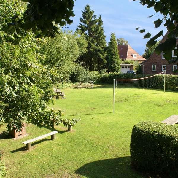 Have med bænke og volleyboldnet på vandrehjemmet i Slesvig
