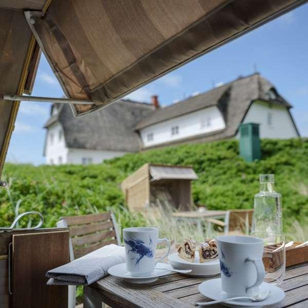 Hotelbygningen set fra strandkurvene på stranden på Dorint Söl'ring Hof i Rantum på Sild