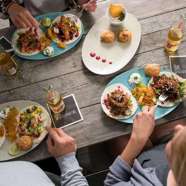 Hotelgæster nyder en lækker frokost på Beach Motel - Hotel i St. Peter-Ording