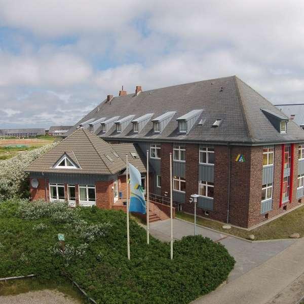 Hovedbygningen og indgangen til vandrehjemmet i Hørnum på Sild