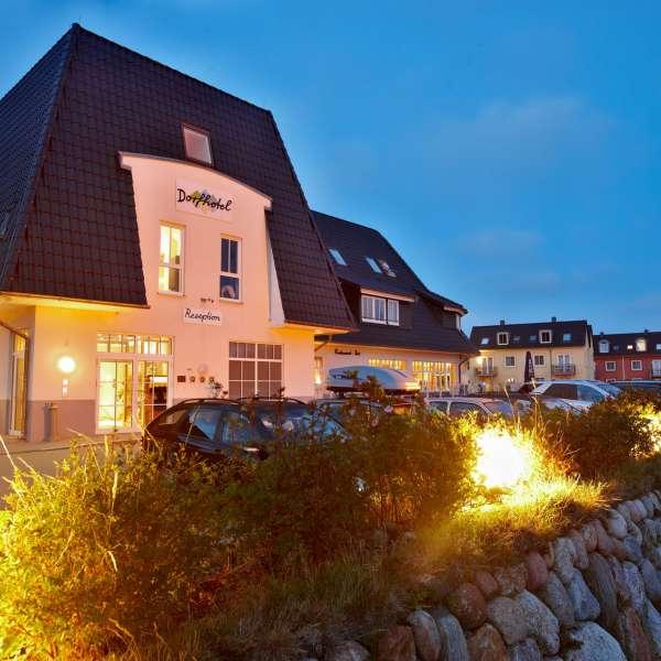 Hovedbygningen om aftenen på Dorfhotel Sylt i Rantum på Sild