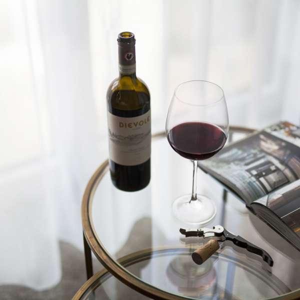 Hygge med rødvin og et blad på et af værelserne på ONNO Hotel by Norman i Rendsborg