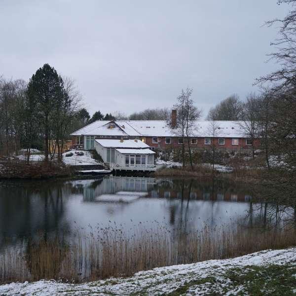 Jaruplund Højskole ved Flensborg i vintervejr med søen i forgrunden