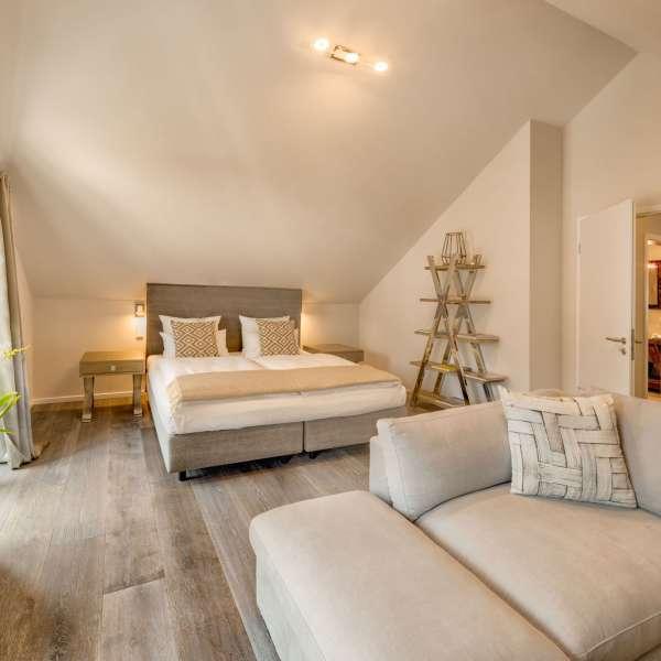 Kaysers Suite med gangen til badeværelset i baggrunden på Hotel Hafen Flensburg i Flensborg