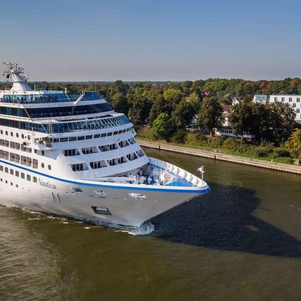 Krydstogtskib på Kielerkanalen lige udenfor Hotel ConventGarten i Rendsborg