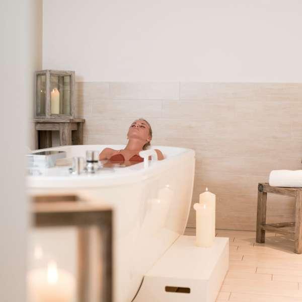 Kvinde i badekar i spa-afdelingen på Beach Motel - Hotel i St. Peter-Ording