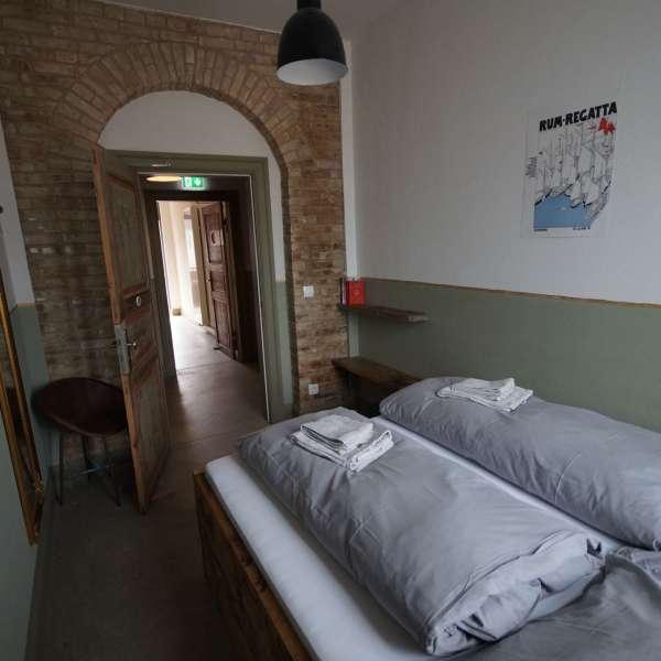 Lille dobbeltværelse på vandrehjemmet Seemannsheim i Flensborg