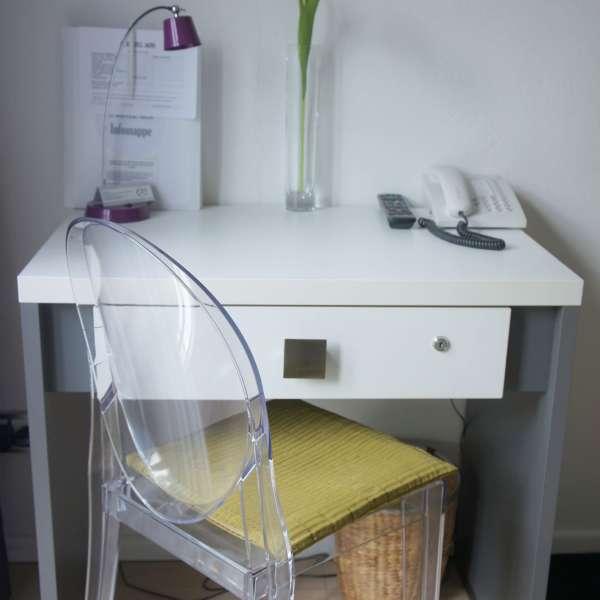 Lille skrivebord på et af værelserne på Hotel 1690 i Rendsborg