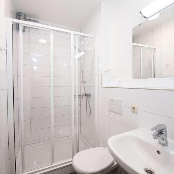 Lille toilet med brusebad på lejrskolen Skipperhuset i Tønning