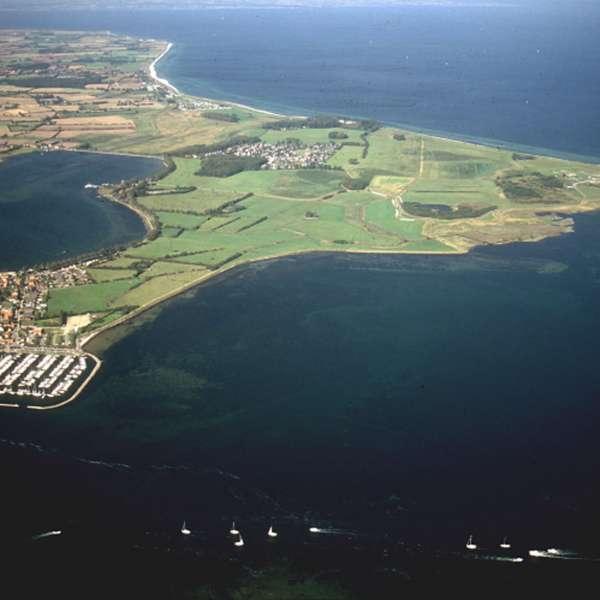 Luftbillede af Masholm og naturområdet med fjorden Slien i forgrunden og Østersøen i baggrunden