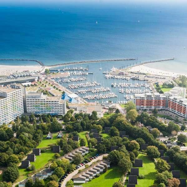 Luftbillede af østersøbadet Damp med Ostsee Resort Damp og lystbådehavnen