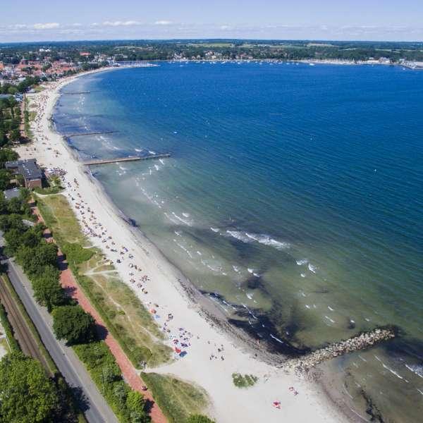 Luftbilllede af stranden og byen i nærheden af vandrehjemmet i Egernførde