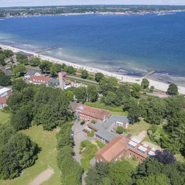 Luftbillede af vandrehjemmet i Egernførde med byen og stranden i baggrunden