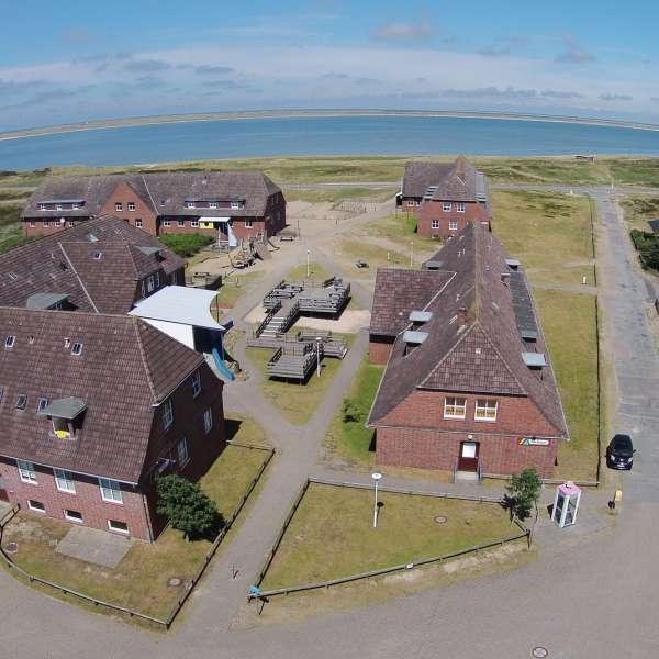 Luftbillede af vandrehjemmet i List på Sild med havet i baggrunden
