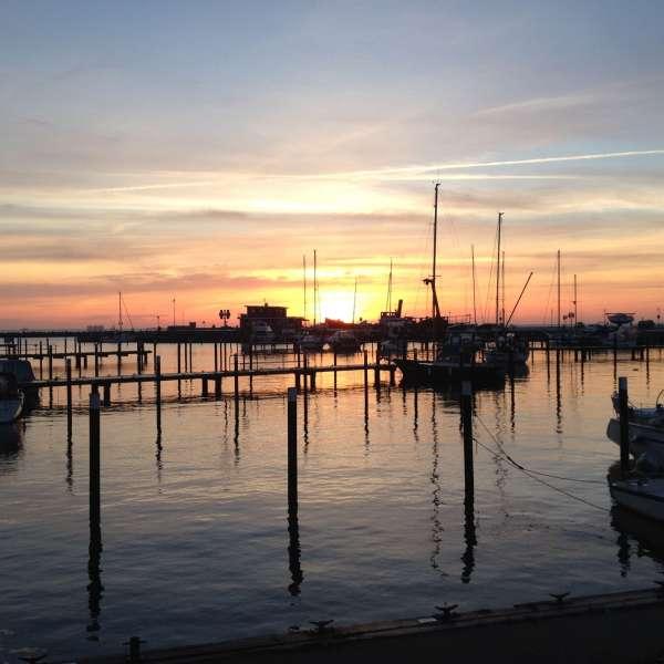 Lystbådehavnen ved solnedgang ud for Ostsee Resort Damp