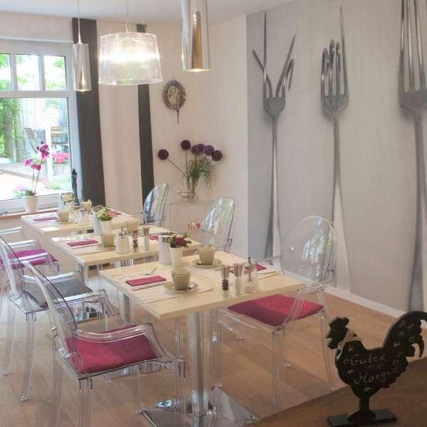 Morgenmad med udsigt ud til haven på Hotel 1690 i Rendsborg