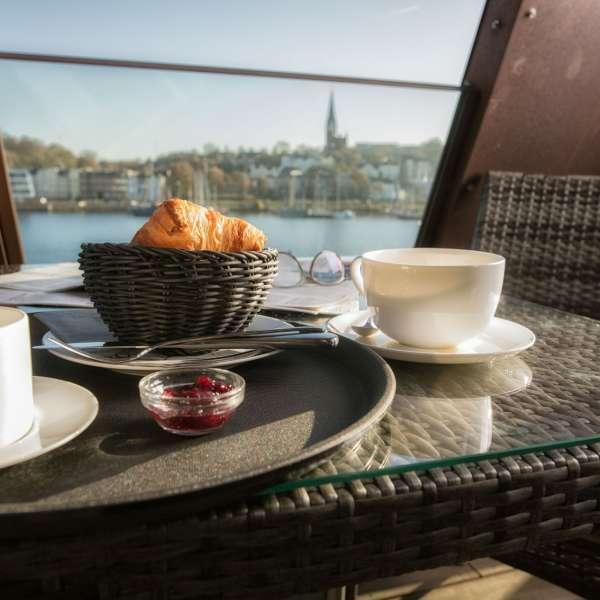 Morgenmad med udsigt ud til havnen på Hotel Hafen Flensburg i Flensborg