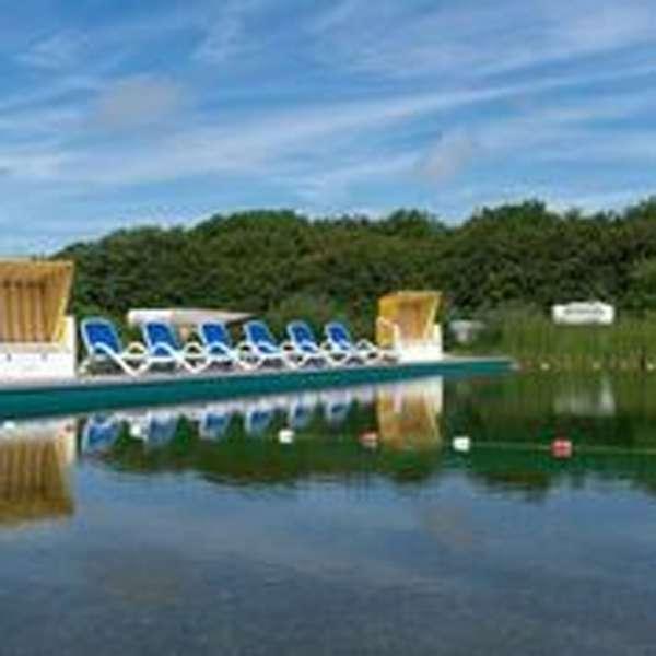Naturbadesøen på campingpladsen meerGrün - die Westküsten-Lodge i Tating ved Sankt Peter-Ording
