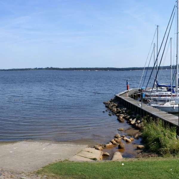 Panoramaoptagelse af stranden og havnen i nærheden af vandrehjemmet i Borgvedel ved Slesvig