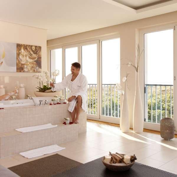 Par hygger sig i badekar i spa-suiten på ferieresorten A-ROSA Sylt på Sild