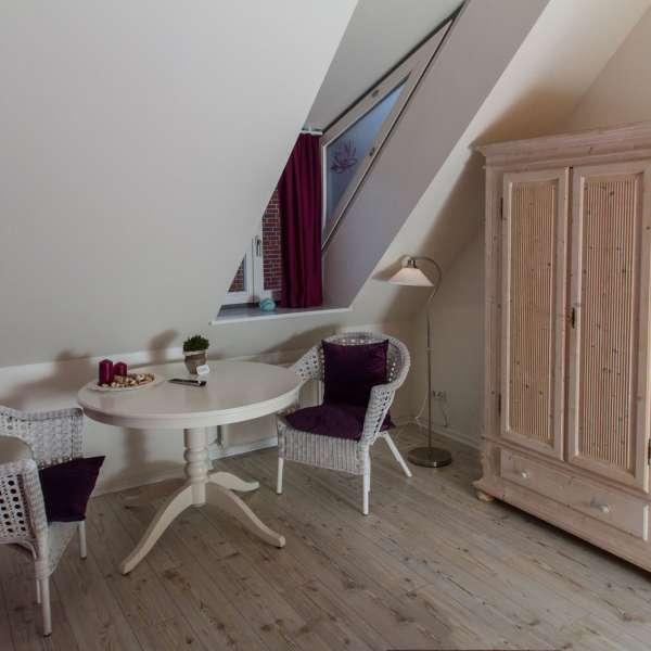 Siddehjørne med stort skab på et af værelserne på Gästehaus Lavendel-City i Flensborg