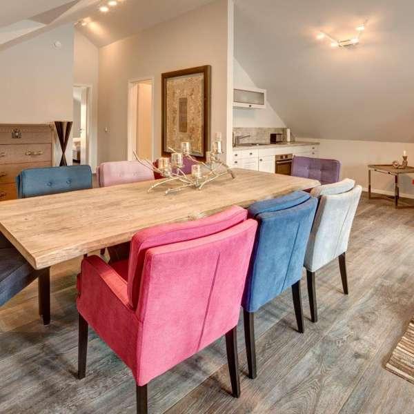 Spisebord med køkkenet i baggrunden i Kaysers Suite på Hotel Hafen Flensburg i Flensborg