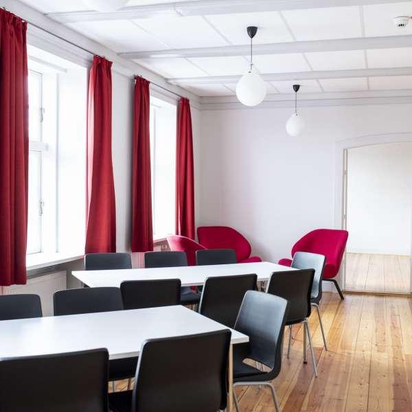 Spisesalen med gennemgang til gangen på lejrskolen Skipperhuset i Tønning