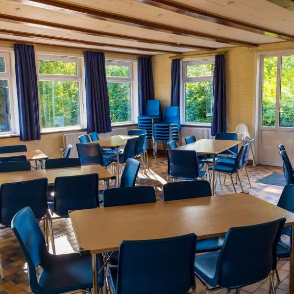 Spisesalen med udsigt til haven på Trenehytten i Tarp